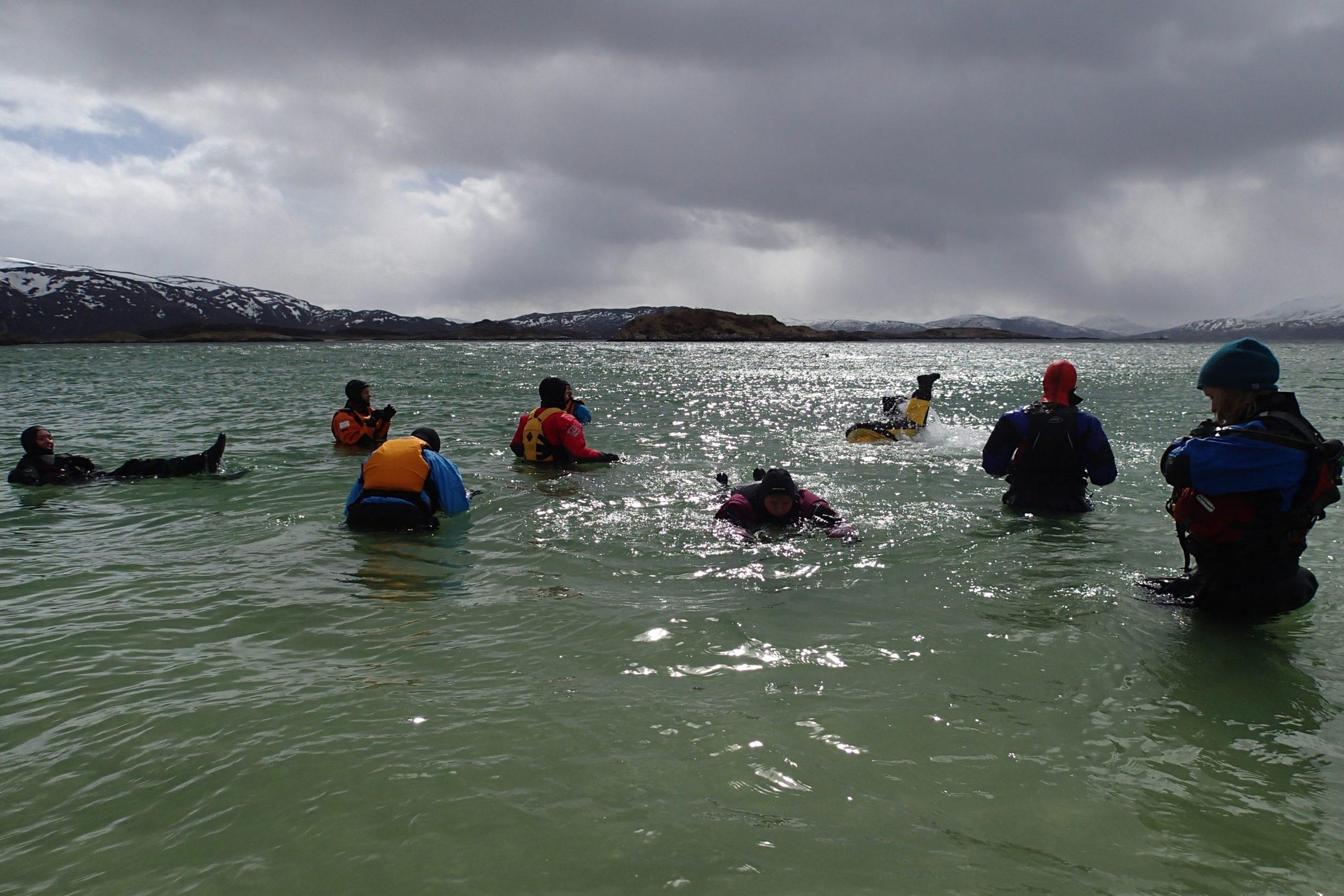Mia Kanstad Kulseng (til høyre) tok med seg de tøffeste ut i vannet.