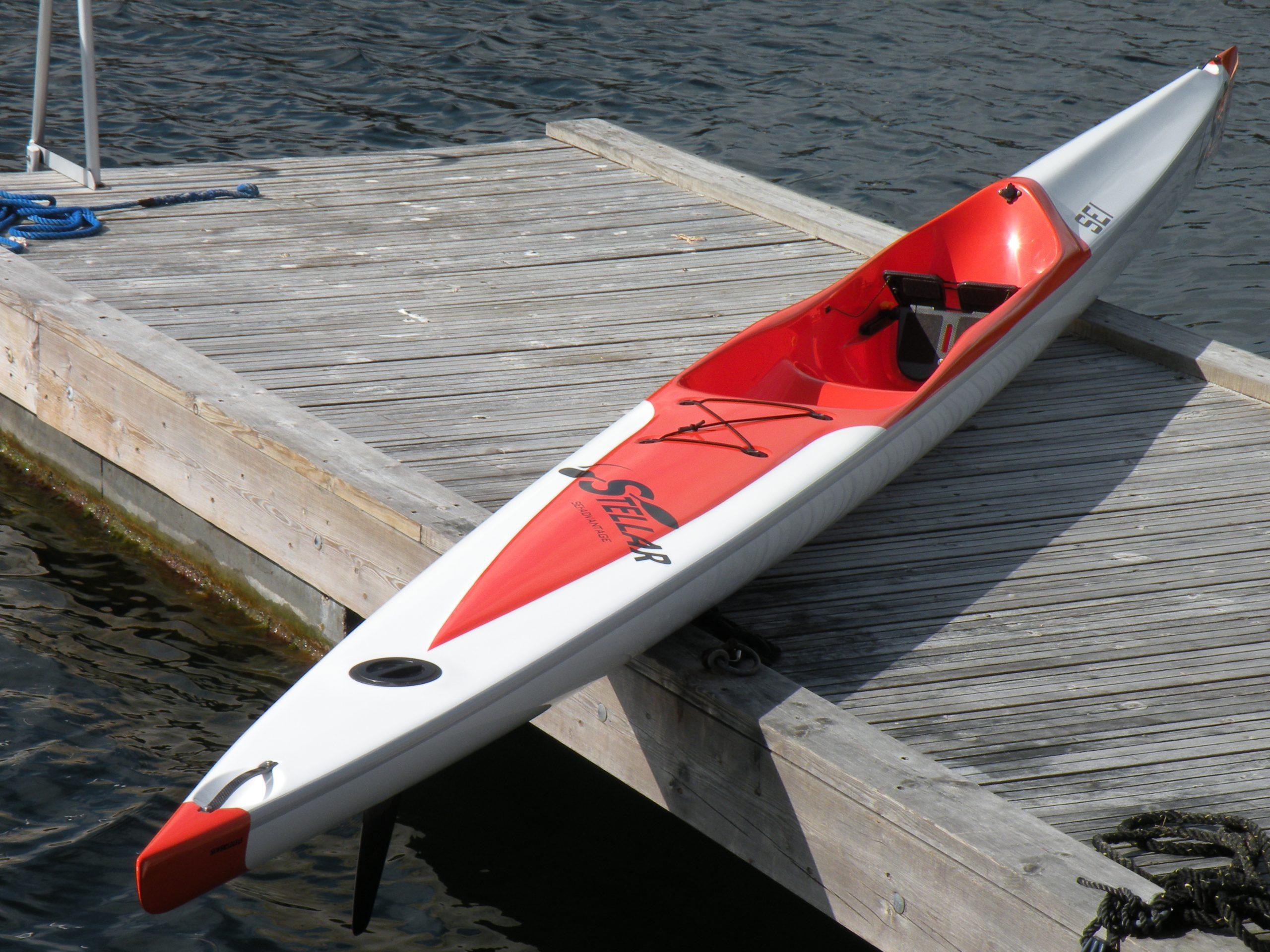 Bildet «lyver». Båten er hverken kort eller bred. Båtene ser tilsynelatende like ut. For å finne båten som passer best, anbefaler vi å prøve begge.