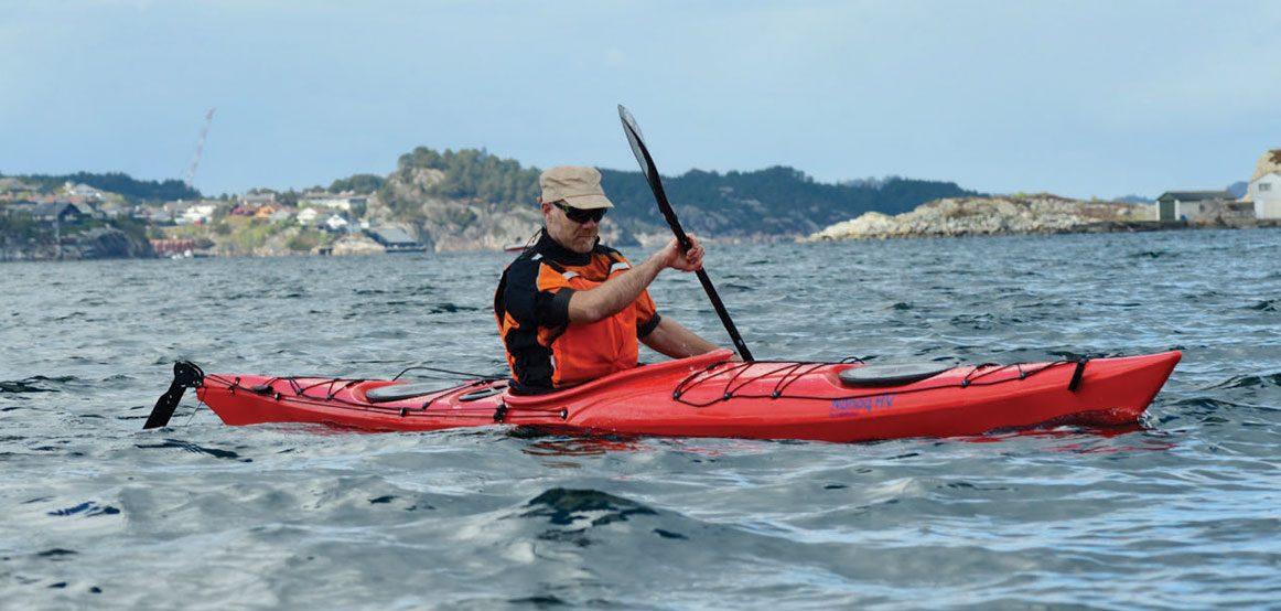 Nanoq HV er en kajakk med meget god retningsstabilitet, og roret gjør det lett å holde kursen selv i sterk vind.