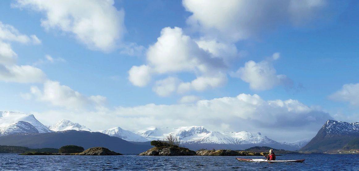 Eika og Eiksundet byr på flere spennende padleopplevelser. De vakre buktene og vikene i og ved Selvågane er verdt å besøke. Fotografiet med de hvite fjellene i bakgrunnen er tatt ved Selvågdjupet.