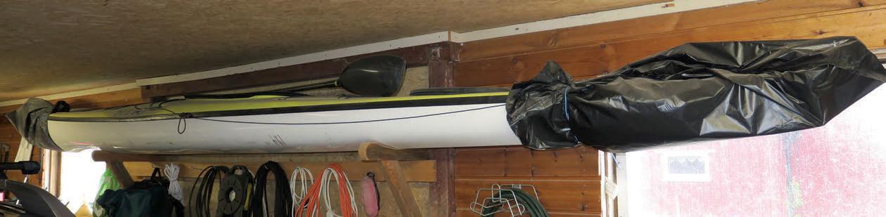 Høyt oppunder taket har den hengt i fred i lang tid. Bundet og kneblet både foran og bak.