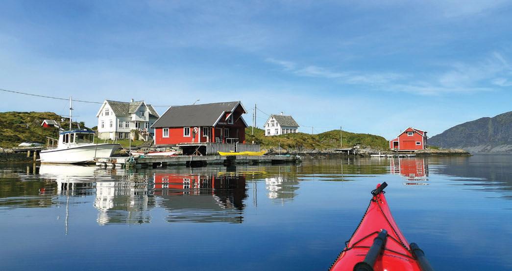 Klokka er blitt 8, og en storfamilie er allerede kommet seg på beina og nyter at solen varmer på fyrholmen Flåvær, der de har feriehus.