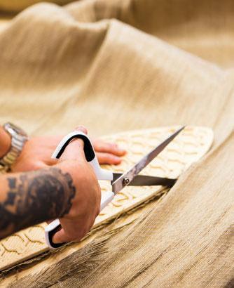Melker ble kjent for sine smekre bambuskajakker. Men den lange transporten av materialene krasjet med deres filosofi. I dag er det linfiber som benyttes. Alt materiale kommer fra Europa.